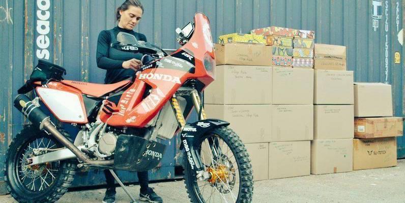 une-nova-moto-lydia-truglio-beaumont-africa-eco-race-dons-enfants2